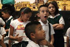En el espacio de la compañía de títeres en la que trabajo, se les dan visitas guiadas a niños de primaria y secundaria. Se les introduce en el fascinante mundo de los muñecos. Se les enseña mediante maquetas cómo era y cómo ha cambiado Guadalajara; se les presenta una breve obra de títeres y los chicos aprenden a realizar sus propios muñecos de acuerdo a sus intereses. La reacción del niño de la foto indica la estimulación recibida gracias a nuestros títeres, marionetas y mojigangas.