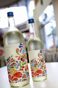 仙禽 【Dolce Bouquet (ドルチェ・ブーケ)】 まるでワインのようないかり肩のボトルにカラフルでスタイリッシュなラベル。ワインっぽいのは見た目だけじゃなくって、なんとワインに使用するボルドー酵母を使用しているんだとか。華やかな香りと甘い口当たり全体をまとめる程よい酸味が絶妙で、まるでドルチェを口にするような新感覚の日本酒です。日本酒がお好きな方も、日本酒を飲んだ事がない方もびっくりするお酒です。