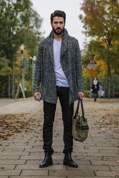 Legeres Herbstoutfit mit graumeliertem Strickcardigan mit Reißverschluss und Schalkragen, weißem T-Shirt, schwarzen Jeans und Chelseaboots.
