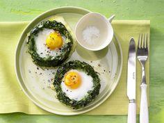 Gebackene Spinatnester - mit Ei - smarter - Kalorien: 178 Kcal - Zeit: 25 Min. | eatsmarter.de Fast zu schön zum Essen.
