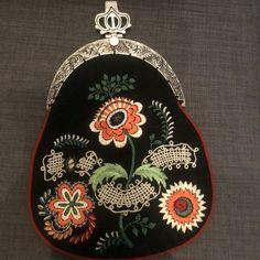 Brodert bunadsveske Vestfold 1932-modell | FINN.no Pocket Watch, Coin Purse, Traditional, Purses, Wallet, Accessories, Fashion, Scale Model, Handbags
