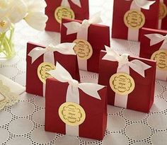 Check out these easy ways to make personalized party favors. #avery #weddingfavors