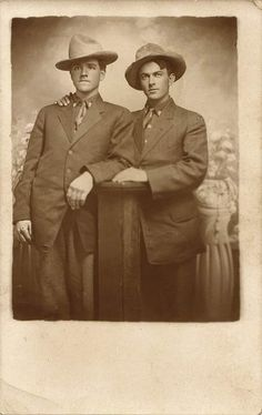 Two men, suits and cowboy hats, circa 1910 Vintage Couples, Vintage Love, Vintage Men, Lgbt Couples, Cute Gay Couples, Vintage Photographs, Vintage Photos, Vintage Portrait, Babe