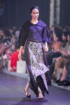 Denny Wirawan – Pasar Malam – The Actual Style Batik Fashion, Abaya Fashion, Modest Fashion, Fashion Dresses, Blouse Batik, Batik Dress, Moslem Fashion, Dress Pesta, Retro Vintage Dresses