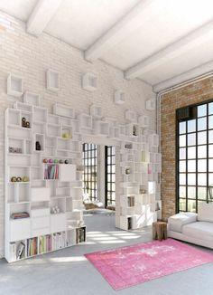 Wand Regalsystem weiß Wohnzimmer einrichten Natursteinwand rosa Teppich
