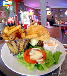Hamburger au Fifty's American diner au Havre : Le King Burger : Boeuf haché, poitrine fumée, sheddar, reblochon, salade, tomates, oignons, sauce poivre
