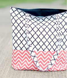 Sewing For Beginners Projects Easy Tote Bag Tutorial . crazylittleprojects - Looking for a quick and easy sewing project? This easy DIY tote bag pattern and tutorial is fast and turns out great! Learn how to make a bag quickly. Easy Sewing Projects, Sewing Projects For Beginners, Sewing Hacks, Sewing Tutorials, Sewing Tips, Bag Tutorials, Diy Projects, Sewing Ideas, Project Ideas