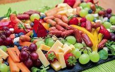 Ein essbares Tischband aus buntem Obst und Gemüse erwartet die Gäste, wenn Elisabeth Schulte-Althoff einlädt.