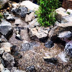 Wasserlauf aus Gabbro Wasserbausteinen mit Oberrheinkies kombiniert. Messestand Galabau C. Huhn / MHI NBS.