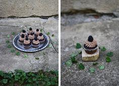 Čokoládové cupcakes sostružinami | Děvče u plotny Cupcakes, Baking, Therapy, Cupcake Cakes, Bakken, Healing, Backen, Sweets, Cup Cakes