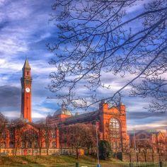 Birmingham Üniversitesi, batı İngiltere'nin iç kısımlarında Birmingham'da bulunan Red Brick tarzı bir üniversitedir.Güzel eğitim verdiği bilinen Birmingham üniversitesi,bir Kraliyet sözleşmesiyle Red Brick tarzı üniversitelerin ilki olduğu söylenir. yurtiçi yurtdışı üniversite eğitim danışmanlığı için: www.isik-tacoglu.... www.facebook.com/... www.facebook.com/... twitter.com/...