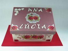 Caixa de remédios com duas divisórias, personalizada com seu nome, tema: flores rosas <br>Pode escolher a cor e o tema de sua preferência. <br>Peso: 1.051 (1k e 0.51grs), altura: 15,0cm, largura: 26,0cm, profundidade: 14,0cm