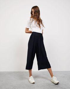 Culotte ριχτή πένσες. Ανακαλύψτε το μαζί με πολλά άλλα ρούχα στο Bershka, με νέες παραλαβές κάθε εβδομάδα.