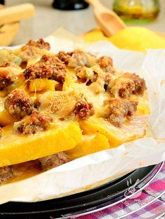 La Polenta pasticciata con salsiccia e stracchino è un piatto energetico e saporito, che si presta a essere consumato come piatto unico che come antipasto.