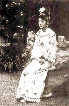 Another last shot of Empress Wanrong Traditional Fashion, Traditional Outfits, Vintage Photographs, Vintage Photos, Last Emperor Of China, Shanghai Girls, China People, Ancient China, Qing Dynasty