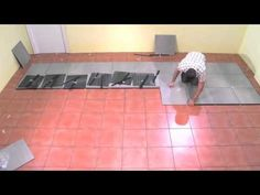 Pose de carrelage en verre dans une salle de bains - Tuto brico de Robert pour poser de la mosaïque - YouTube