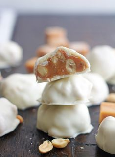 Polar Bear Paws Candy are a delicious combination of caramel and salted peanuts dipped in white chocolate. They're so simple to make and are crazy delicious. Polar Bear Paw, Bear Paws, Liquorice Recipes, Turtles Candy, White Chocolate Candy, Caramel Bits, Chocolate Turtles, Bear Cookies, Homemade Candies