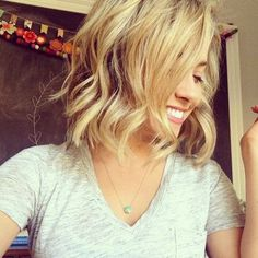 Cute Short Blonde Hair with Side Swept Bangs Beach-Waves-for-Shor