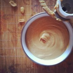 В кухонном комбайне  измельчить арахис на средней-высокой скорости около 5 минут, позволив орехам пройти субстанции «крошка» - «песок» - «гигантские комки» - «гладкая масса».