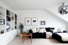 Feng Shui Wohnzimmer einrichten -schwarz-weiss-holzboden-wandregal ...