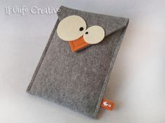 Fabric and felt creations, bags, accessories and cute door stop owls. Fabric and felt creations, bags, accessories and cute door stop owls. Felt Diy, Felt Crafts, Fabric Crafts, Pochette Portable, Felt Phone Cases, Owl Mobile, Handmade Fabric Bags, Felt Purse, Coin Purse