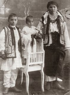 Hello all, Today I will continue my discussion of Bukovynian costume. The other type of chemise used in Bukovyna is called khlopianka, o. Vintage Pictures, Old Pictures, Old Photos, Folk Costume, Costumes, Transylvania Romania, Historical Costume, Ukraine, The Past