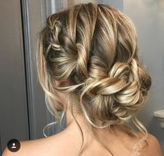 Wedding Hairstyles For Long Hair Beautiful Bridal Updo Hairstyle Ideas - Finding just the right wedding hair for your wedding day is no small task but we're about to make things a little bit easier. Messy Wedding Hair, Bridal Hair Updo, Beach Hair Updo, Messy Hair Up, Beach Wedding Hair, Wedding Hairstyle, Wedding Vows, Wedding Makeup, Bride Hairstyles