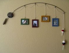 (cute for a fishing themed boy room) Old Fishing Pole.re-purposed into a unique & rustic picture hanging decoration for the wall. Just attach assorted pictures by string on the pole and hang up. Love the bobbers as decoration! Home Deco, Do It Yourself Upcycling, Do It Yourself Decoration, Do It Yourself Baby, Rustic Pictures, Wedding Pictures, Lodge Decor, My New Room, Home Projects