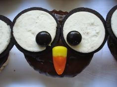 Owl cupcakes with oreo cookies for eyes and candy corn nose- Special snack Owl Cupcakes, Cute Cupcakes, Cupcake Cakes, Cupcake Ideas, Cup Cakes, Cute Food, Good Food, Yummy Food, Yummy Treats