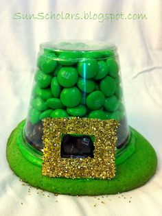 Leprechaun Hat Treats How-To...using sugar cookies, clear plastic cups, icing, & green & brown m's.  How darling!!  Instructions.
