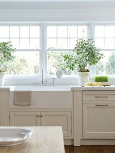 Off-white cabinets, white farmhouse sink
