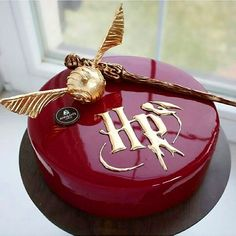Harry Potter cake by its so beautiful perfect for fans od. Harry Potter Torte, Harry Potter Desserts, Cumpleaños Harry Potter, Harry Potter Birthday Cake, Harry Potter Wedding, Crazy Cakes, Cute Cakes, Amazing Cakes, Cupcake Cakes