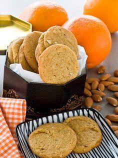 Bag de lækre småkager med appelsin og mandler - de kan gemmes i en lufttæt dåse