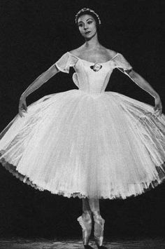 Fonteyn was a ballerina of the Royal English Ballet. She's one of the greatest classical ballet dancers and was Prima Ballerina Assoluta of the company by Queen Elizabeth II. Vintage Ballerina, Ballerina Dancing, Ballet Tutu, Ballet Dancers, Ballerinas, Shall We Dance, Just Dance, Ballerine Vintage, Ballet Russe