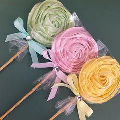 Trio de cores maravilhosas! Pirulitos de suspiro #suspiralle #pirulitosdesuspiro #encanto #mesaslindas #festasmaravilhosas #mamaesfesteirasdoes
