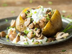 Baked potatoes and fried mushrooms with ricotta herb radish cream Clean Recipes, Cooking Recipes, After Workout Food, Vegan Party Food, Vegetarian Recipes, Healthy Recipes, Ricotta, Creative Food, Food Design