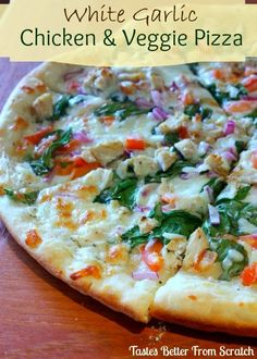 White Garlic Chicken & Veggie Pizza Share it! When ordering out, one of my favorite pizza's is Papa Murphy's take & bake Veggie Delight pizza. It has a white garlic sauce and it's loaded with tons of yummy veggies! Since we love homemade pizza so much at Poulet Hasselback, Chicken And Vegetables, Veggies, Mixed Vegetables, White Garlic Sauce, White Sauce, White Pizza Sauce, Pizza Vegetal, Pasta Pizza
