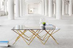 Mesas com dourado.