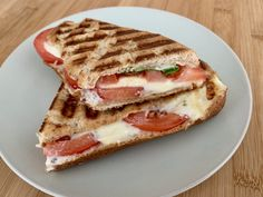 Tomate-Mozzarella-Sandwich im Baguette - OptiGrill Rezepte - Tomate-Mozzarella-Sandwich im Baguette – OptiGrill Rezepte Estás en el lugar correcto para breakf - Vegetarian Sandwich Recipes, Chicken Sandwich Recipes, Grilled Sandwich, Gourmet Sandwiches, Healthy Sandwiches, Sandwiches For Lunch, Best Picnic Food, Picnic Foods, Tomato Mozzarella Sandwich