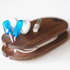 Handmade - Wooden Ear Bud Coil {Meriwether of Montana} Headphone Wrap, Headphone Holder, Cnc, Deco Cool, Handmade Wooden, Wooden Diy, Cool Gadgets, Funny Gifts, Wood Crafts