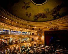 Buenos Aires, Argentina El Ateneo est un ancien théâtre (Gran Teatro Splendid) transformé en bibliothèque gigantesque qui se trouve à Barrio Norte, un quartier du nord de Buenos Aires