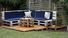 Un grand canapé pour ce salon de jardin en palette