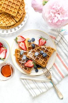 Table set with plates of healthy oat waffles with fresh berries and maple syrup Healthy Waffles, Savory Waffles, Gluten Free Waffles, Savory Breakfast, Sweet Breakfast, Perfect Breakfast, Banana Waffles, Pancakes, Best Margarita Recipe