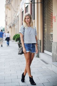 look short jeans t-shirt listras ankle boots Casual Chic, Simple Casual Outfits, Casual Wear, Boho Chic, Denim Shorts Outfit, Shorts Jeans, Denim Blouse, Denim Cutoffs, Leather Shorts