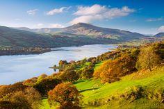 Vista panorámica del lago Bala, por cuya orilla corre un pequeño tren histórico de vía estrecha, y las montañas Aran, en el Parque Nacional de Snowdonia, Gales