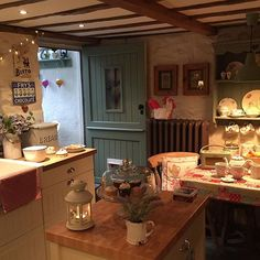 🌟Tante S!fr@ loves this📌🌟Have a lovely evening everyone, it's gone really dark all of a sudden. I think we are in for a thunderstorm 🌹💕🌹💕🌹 xxx Cosy Kitchen, Country Kitchen, Kitchen Decor, Kitchen Design, Kitchen Ideas, English Cottage Kitchens, English Cottage Interiors, Estilo Country, Country Style Homes