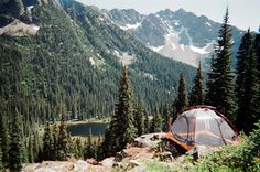 Camping on the edge. Find out the essential items for camping in the wilderness. Camping And Hiking, Camping Life, Outdoor Camping, Backpacking, Camping Outdoors, Camping Gear, Trekking, North Cascades National Park, Cascade National Park
