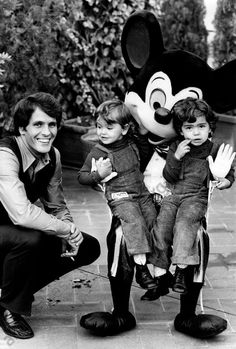 akg-images -Giuliano Gemma with his daughters Vera and GiulianaItalian actor Giuliano Gemma and his daughters Vera and Giuliana having fun with Mickey Mouse of the crew Disney on Parade. Rome, 1972