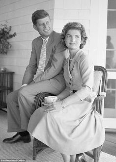 September Jackie Kennedy at John F. Kennedy's family home in Hyannis Port, Massachusetts. Jacqueline Kennedy Onassis, Les Kennedy, Jaqueline Kennedy, Robert Kennedy, Familia Kennedy, John Junior, Estilo Real, John Fitzgerald, Famous Couples
