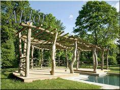 Kérgezett akácfa oszlopokból épített pergola